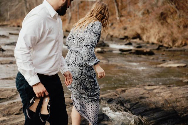 Man och kvinna vid vattendrag
