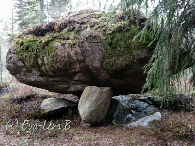 stor sten vilar på liten sten